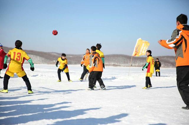 雪地足球赛角逐激烈 冰城雪地足