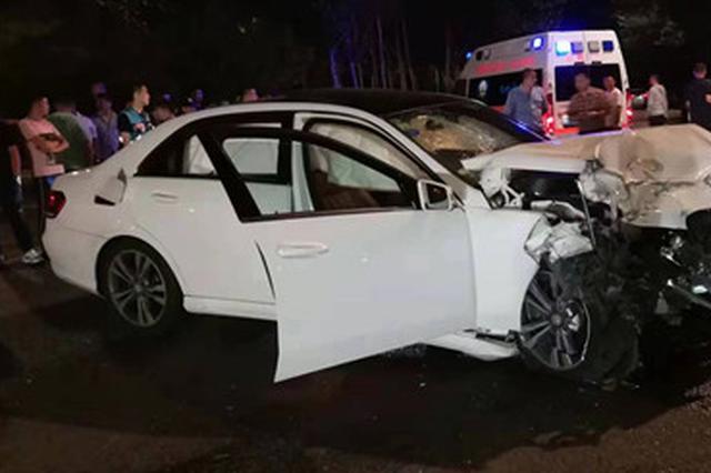凌晨哈尔滨市俩白色奔驰相撞原地转圈 致3人受伤