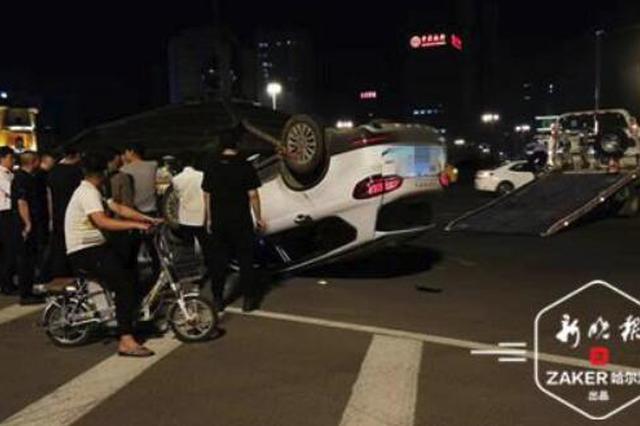 深夜博物馆转盘道两车相撞 长城SUV四轮朝天倒扣路面