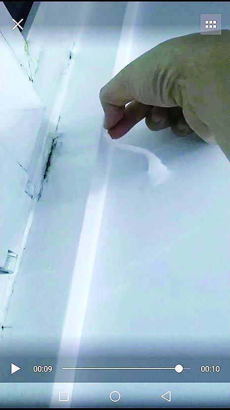 窗户旁墙体漏风把纸吹起