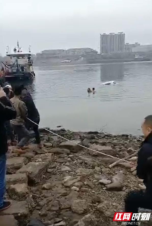 女子把车开进冰冷河里 男子带病跳入河中勇救落水女子