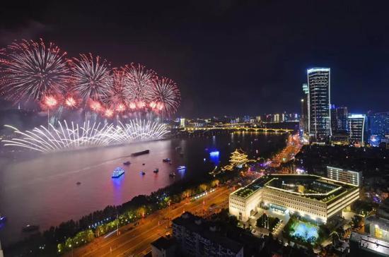 10月1日,橘子洲烟花绽放。湖南日报记者 李健 摄
