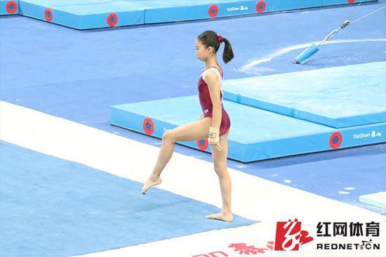 2017年11月全国体操冠军赛,湖南体操队选手陈小青在比赛中。 摄影/罗学尧