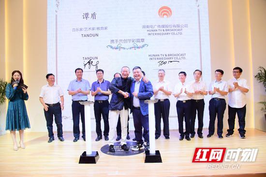著名音乐家、艺术家、教育家谭盾在长沙与湖南电广传媒签订合作协议。