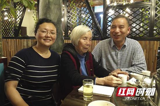 刘崐第六代孙女刘红(左)、贺明华奶奶和她的二儿子刘建其。