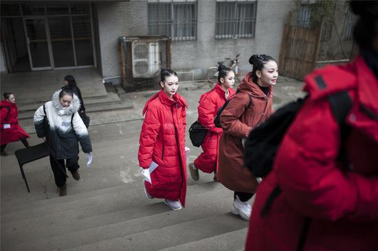 2020年1月5日清晨,湖南师范大学美术学院和音乐学院。前来赴试的男女学生个个都浓妆打扮,意气风发,颜值爆表。