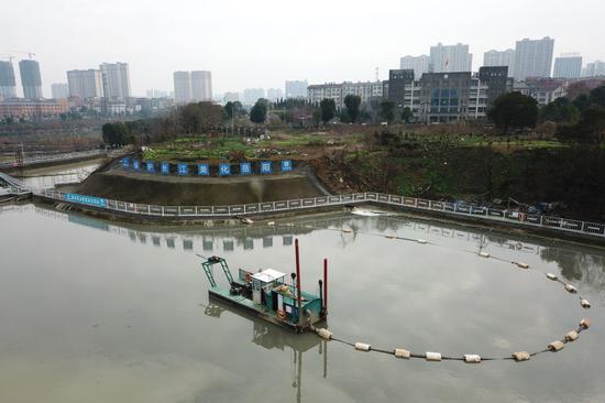 1月7日,绞吸船在王家河上吸取淤泥(无人机照片)。新华社发(陈振海摄)