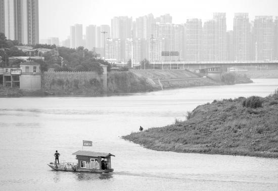 7月11日,浏阳河三角塘泵站附近,波光粼粼的河面上,垃圾清理船正在巡逻。图/记者 辜鹏博