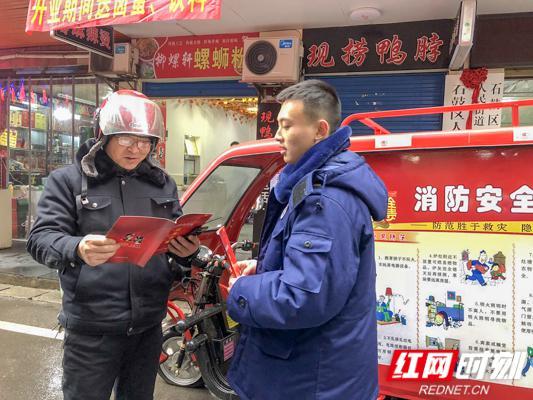 市民拿到消防宣传册就如饥似渴地翻看。