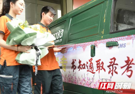 湖南邮政EMS揽投员正在投递路上,全省高考录取通知书投递工作的大幕正式拉开。