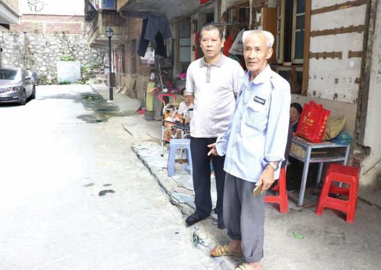 近日,郴州市栏杆塘某小区,民警王祥海(左)和事发时的目击者。图/受访者提供