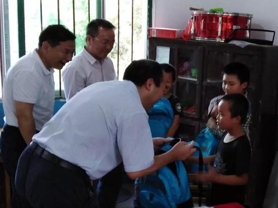 教师节前夕,阳卫国市长特地来到挽洲学校慰问
