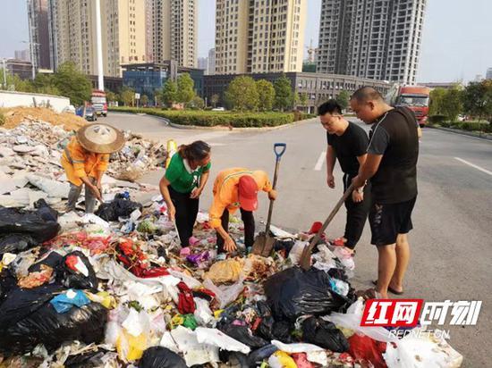 环卫工人顶着烈日翻捡垃圾。