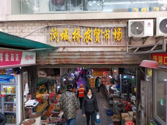 人流如织的农贸市场入口