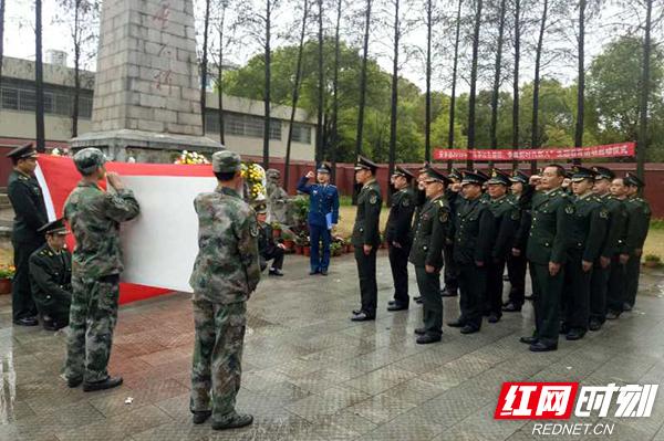4月2日,常德市安乡县人武部全体机关干部和全县专武干部们冒雨前往县烈士陵园祭扫革命先烈。