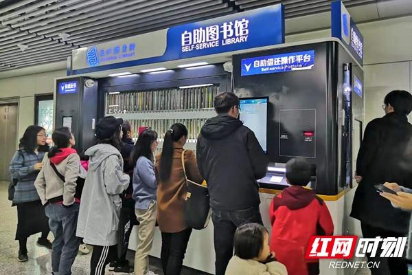 12月8日,长沙地铁四号线沙湾公园站内,市民排队办理长沙图书馆首批免押金信用借还读者证。