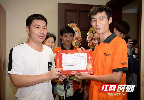 湖南第一封高考录取通知书从北京大学发出,由湖南邮政EMS揽投员顺利送到考生手中。