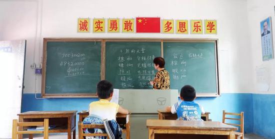 挽洲学校语文老师唐玉鑫,带同学们学习《鸟的天堂》