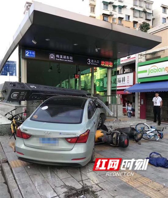 小车撞上长沙梅溪湖东站地铁站台。