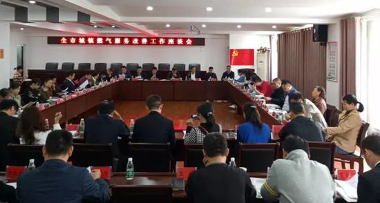 会上,岳阳华润燃气有限公司副总经理方群就公司客户服务工作情况做专项汇报。