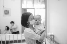 7月6日上午,在湖南省儿童医院普外一科肝移植病房,向女士抱着8个月大的儿子楠楠,楠楠不时地挥动着双臂,对妈妈微笑。 图/潇湘晨报记者 辜鹏博