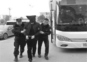 近日,怀化洪江市,警方抓获侵害高速客运大巴车旅客的诈骗犯罪嫌疑人。图/受访者提供