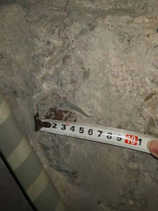 被拆除的承重梁截面露出粗钢