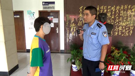 交警向肇事者(左)了解事故情况。