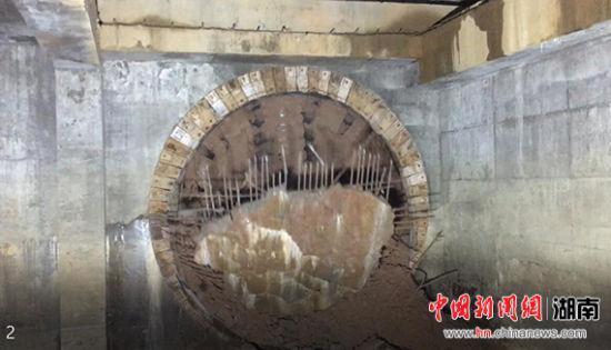 盾构洞通地铁隧道瞬间。