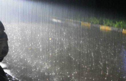 长沙一的哥跑车收入掉入积水中 社区书记水中寻找