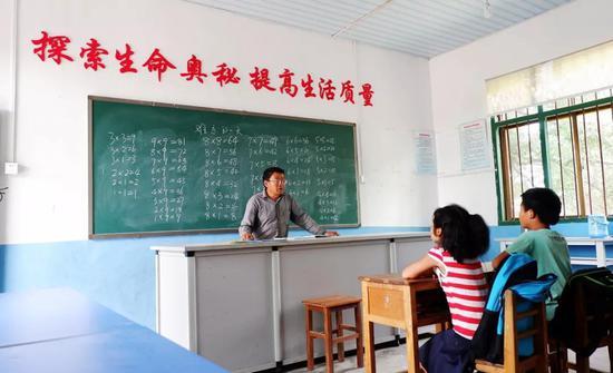 挽洲学校数学老师兰红建,带同学们复习乘法口诀表