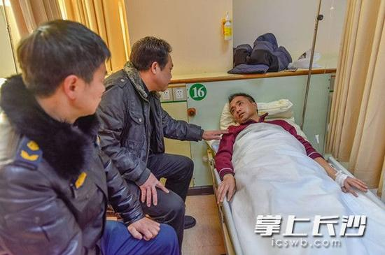 31日下午,长沙旺旺医院,长沙市交通局负责人正看望慰问被打伤的执法工作人员。 长沙晚报记者 陈飞 摄