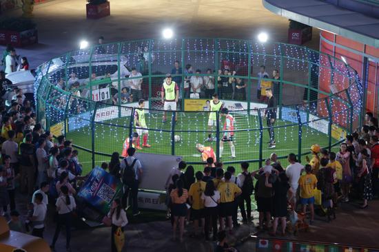 """6月14日,""""为偶像而战""""3V3铁笼足球争霸赛在CFC富兴时代广场正式开战"""