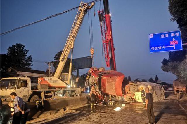 常德一水泥罐车夜间翻车 油罐破损 驾驶员被卡