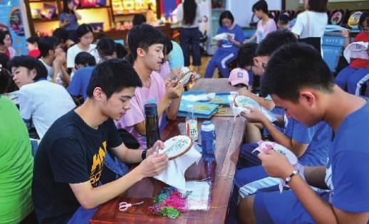 7月18日,湖南师大附中学生到农村、企业体验生活。 通讯员 苏晓玲 摄