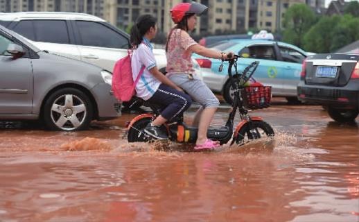 7月5日下午,长沙县黄兴大道与开元东路口,受降雨影响,该路口积水较深,影响市民交通出行。当天,我省北部地区迎来新一轮的强降雨过程。记者 郭立亮 摄