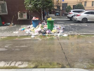 走进湘北一村小区,垃圾满地,污水外溢。