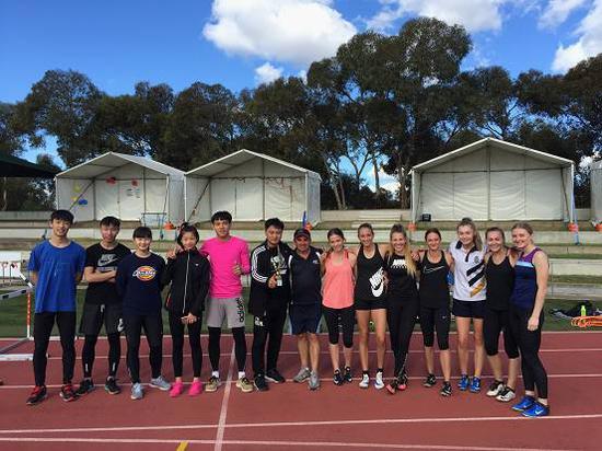 赛前训练时和澳大利亚教练员运动员进行友好训练交流