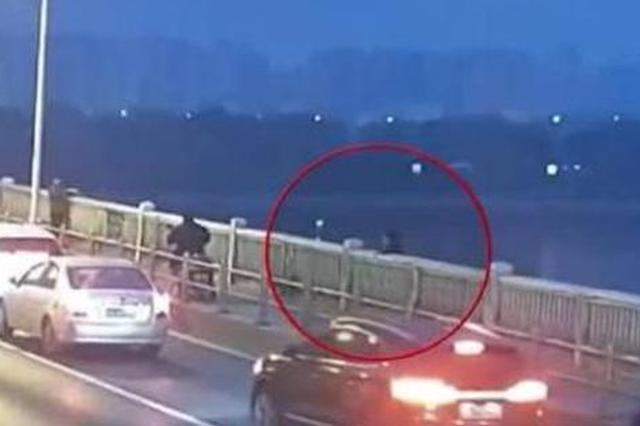 长沙一司机7摄氏度天气下湘江中救起轻生女