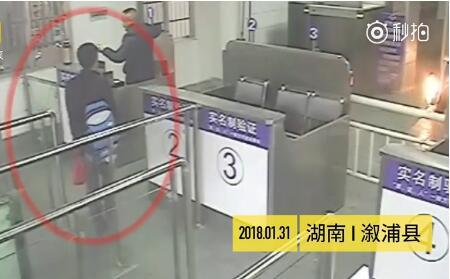 """溆浦男子带活鸡多次""""闯""""火车站:要带给岳母吃的"""
