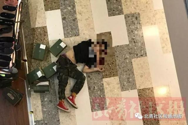 一男子在万达广场坠楼 原因不明