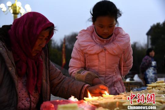 女孩在长辈的指导下,学习面灯技艺。 朱志庚 摄