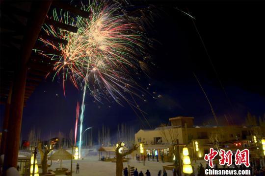 资料图:敦煌月牙泉小镇举行了庆元旦大漠篝火晚会。 王斌银 摄