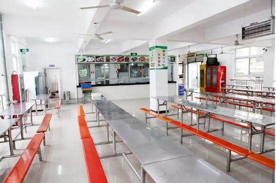 资料图:扬州生活科技学校食堂。