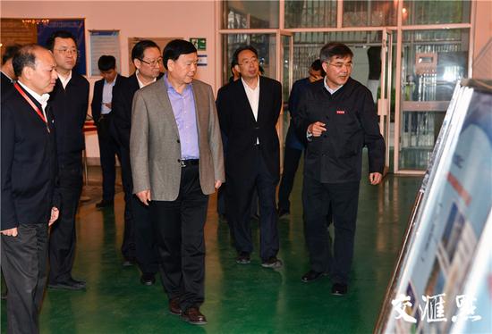 娄勤俭在江苏大学国家水泵及系统工程技术研究中心考察。记者 肖勇摄