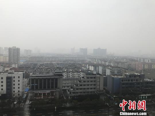 图为江苏扬州上空灰蒙蒙一片。 崔佳明 摄