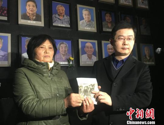 去世幸存者家属向纪念馆捐赠遗物和史料图片。 申冉 摄