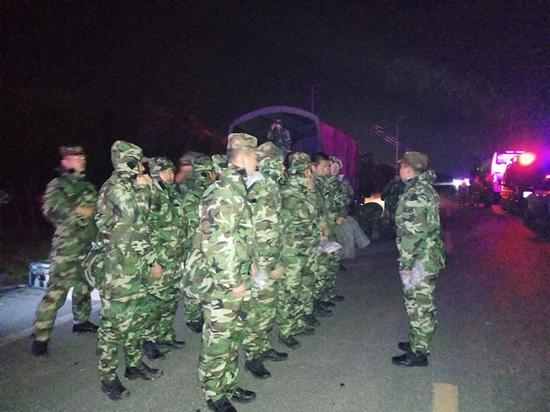 武警官兵着装完毕向核心区附近进发。 本文图片均来自新华社客户端