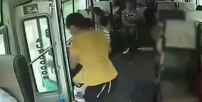 女子从行驶中未关好门客车跳车身亡 司机是否该担责