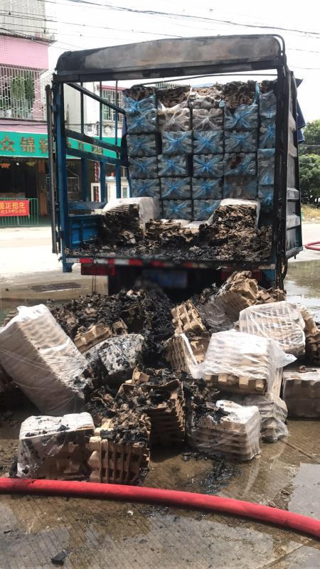 司机黄先生表示,由于及时灭火,车上的货物仅烧毁一半。 受访者供图